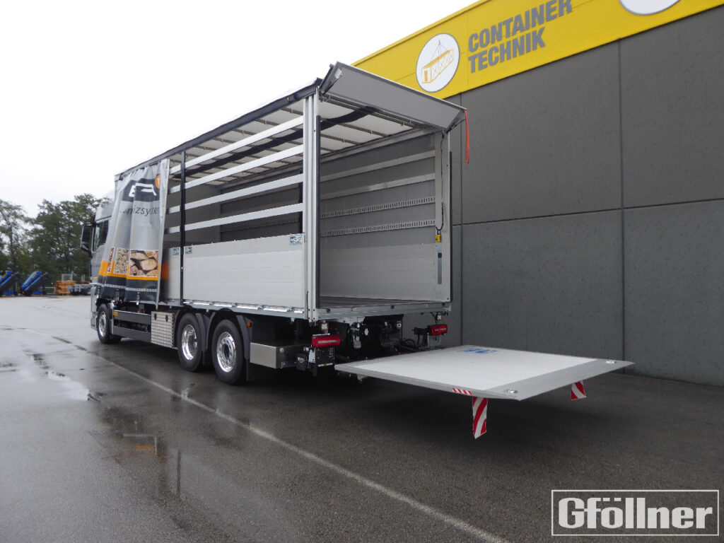 sliding tarpaulin structure with tail lift
